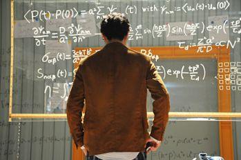 仮面ライダービルド』桐生戦兎が黒板に書いた数式が12月25日発売「日経サイエンス2018年2月号」で解説!
