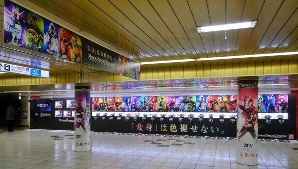 『仮面ライダージオウ』までのDX変身ベルト20本とビジュアル&足跡、CSM7本が新宿駅プロムナードに登場!11月4日まで