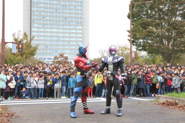 「仮面ライダー 平成ジェネレーションズ FOREVER」茨城県庁前の県道を8時間封鎖し約500人のエキストラと撮影