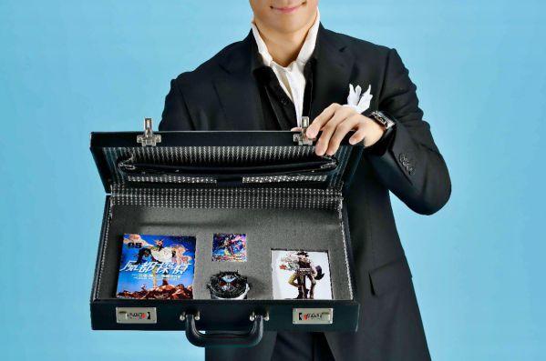 『風都探偵』5集 DXダブル ファングジョーカーライドウォッチ付き限定版を手にする謎の男が登場!インタビューに登場?