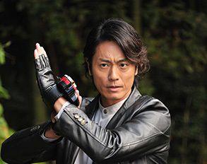 マスターブラック役の永井大さんがリュウソウブラックに変身!スーツアクターは高岩成二さん