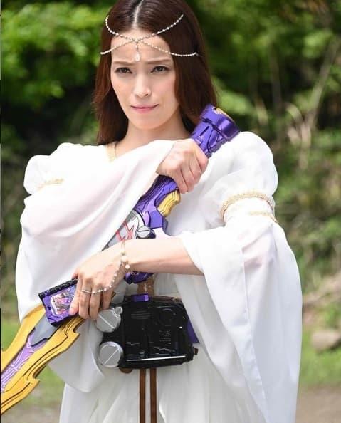 『仮面ライダーセイバー』第45話の新画像!ソフィアさんが聖剣を手に変身ポーズ