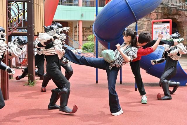 『仮面ライダーリバイス』第3話の新画像!大活躍のさくらがギフジュニア相手に一輝と兄妹ダブルキック!今度は大二がやられた~!