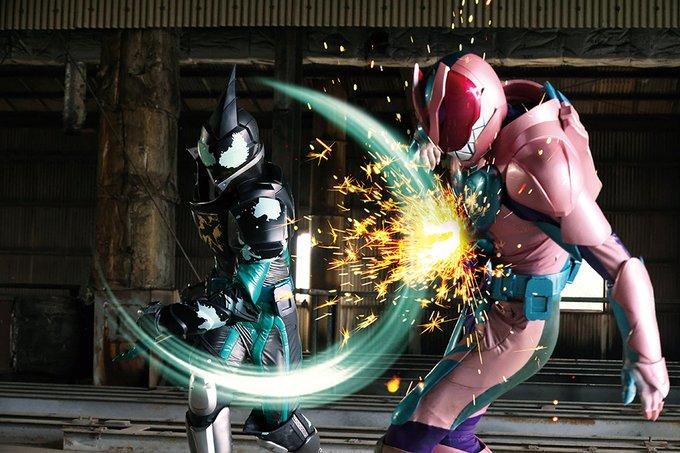 仮面ライダーエビルは変身ベルト「ツーサイドライバー」とバットバイスタンプで変身